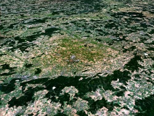 Nördlingen, inmitten seines Einschlagkraters (Bild: NASA)