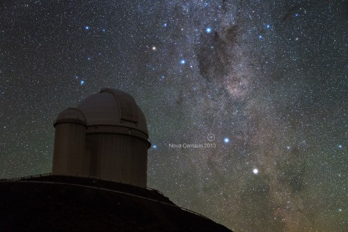 Die Nova Centauri 2013 über der Südsternwarte der ESO (Bild: Y. Beletsky (LCO)/ESO)