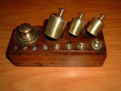 Ein Satz Gewichtsstücker einer Balkenwaage: Eine einfache und leicht verständliche Methode zur Ermittlung des Gewichts. Bild: gemeinfrei