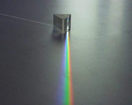 Lichtbrechung in Flintglas (Bild: Zátonyi Sándor, CC BY-SA 3.0)
