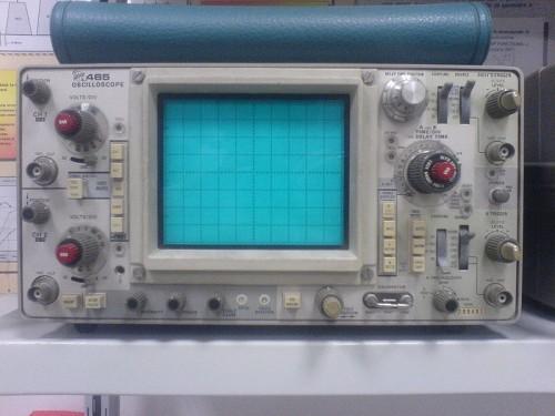 """""""Tektronix 465 Oscilloscope"""" von Elborgo - Eigenes Werk. Lizenziert unter CC BY 3.0 über Wikimedia Commons"""