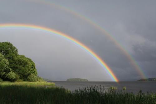 Regenbogen über dem Lipno Stausee (Bild: Alexis Dworsky, CC BY 2.0 DE)