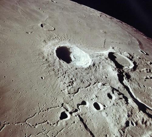 Krater am Mond findet man leicht. Auf der Erde ist es schwieriger... (Bild: NASA)
