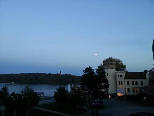 Der Mond macht das dunkle Universum ein klein wenig heller - zumindest in Potsdam