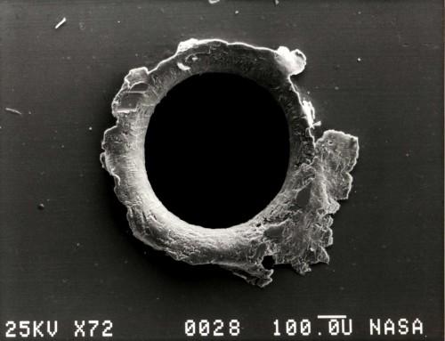 Weltraumschrott ist gefährlich - für Satelliten. Wie dieser Krater am SMM-Satelliten zeigt... (Bild: NASA)