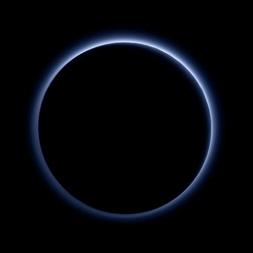 Blauer Himmel über der dunklen Seite des Pluto (Bild: NASA/JHUAPL/SwRI)