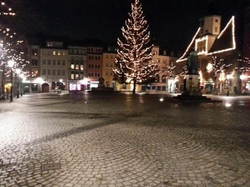 Nach den ausschweifenden Silvesterfeierlichkeiten - im Bild der Marktplatz von Jena 15 Minuten vor Mitternacht - wird es Zeit, sich ein wenig einzuschränken.