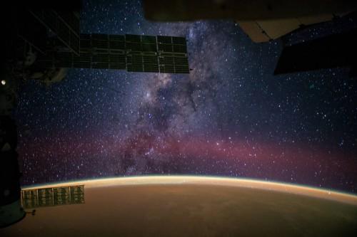 Der Sternenhimmel (hier gesehen von der ISS) ist noch nicht weg! (Bild: NASA/Reid Wiseman)