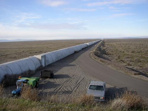 Nördliche LIGO-Röhre - recht unscheinbar für ein so dramatisches Experiment (Bild: Umptanum, CC-BY-SA 3.0)