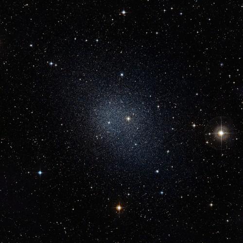 Die Fornax-Zwerggalaxie, eine der Begleiter der Milchstraße (Bild: ESO/Digitized Sky Survey 2, CC-BY 3.0)