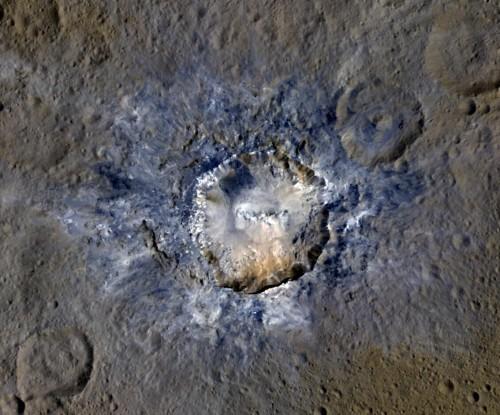Der Haulani Krater (34km Durchmesser) auf Ceres, fotografiert von Dawn. (Bild:  NASA/JPL-Caltech/UCLA/MPS/DLR/IDA)