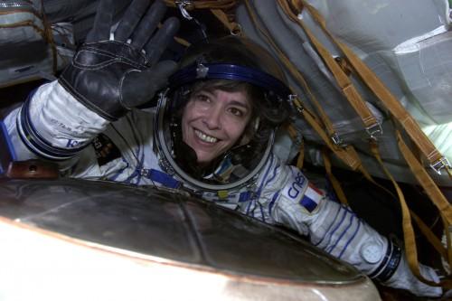 Claudie Haigneré in der Soyuz-Kapsel (Bild: ESA/CNES)