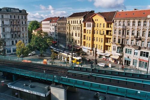 """Prenzlauer Berg in Berlin als Beispiel für die gelbe Zone """"Inner City"""". Quelle: https://commons.wikimedia.org/wiki/File:Kastanienallee,_U-Bhf_Eberswalder_Str,_Konnopke.jpg Lizenz: GNU FDL. Autor: Abaris"""