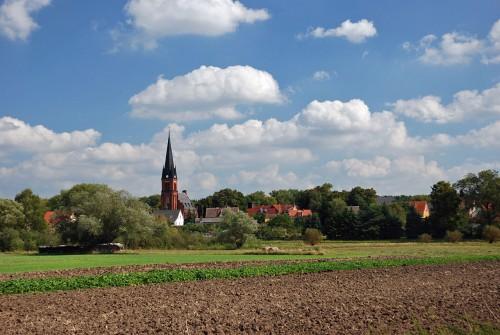 """Das brandenburgische Dorf Bralitz als Beispiel für den grauen Bereich """"Surrounding Area"""". Quelle: https://commons.wikimedia.org/wiki/File:Bralitz_von_Westen.jpg Lizenz: GNU FDL. Autorin: Eva Kröcher"""