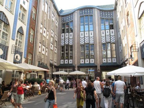 """Die Hackeschen Höfe in Berlin-Mitte als Beispiel für die grüne Zone """"City Center"""". Quelle: https://commons.wikimedia.org/wiki/File:Hackesche_H%C3%B6fe_Berlin1.JPG Lizenz: Public domain. Autor: Schlaier"""