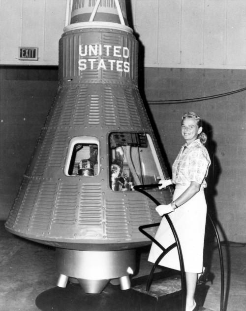 Jerrie Cobb vor einer Mercury-Kapsel (Bild: NASA, public domain)