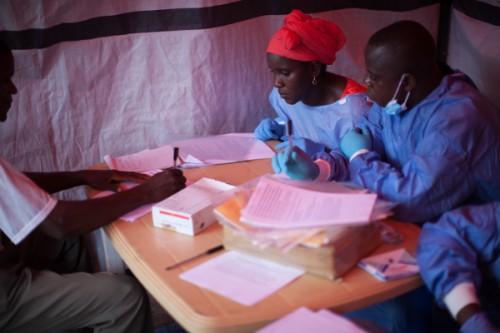 """Die Weltgesundheitsorganisation betreibt klinische Studien an einem Ebola-Impfstoff in Guinea. Die Methode der """"Ringimpfung"""" wurde bereits in den 1970er Jahren verwendet um die Pocken auszurotten. (Bild: WHO/S. Hawkey)"""