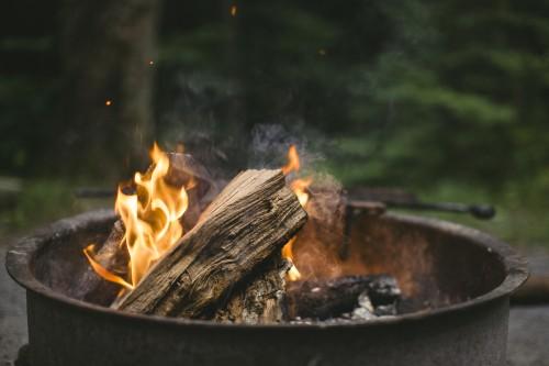 Feuer: eine chemische Reaktion (Quelle: Roy Ann Miller, Unsplash, Public Domain)