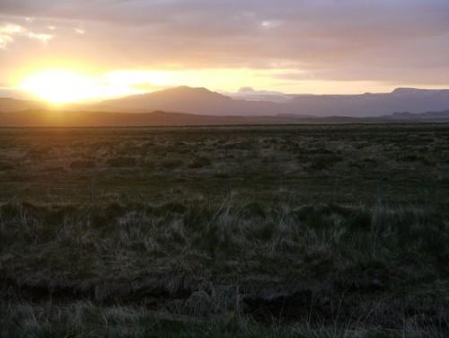 Nachts wird es dunkel? Wenn das so wäre, sähe es der Gegend von Akranes (Westisland) im Juni um 23 Uhr wohl anders aus. Bild: Zairon [CC BY-SA 3.0