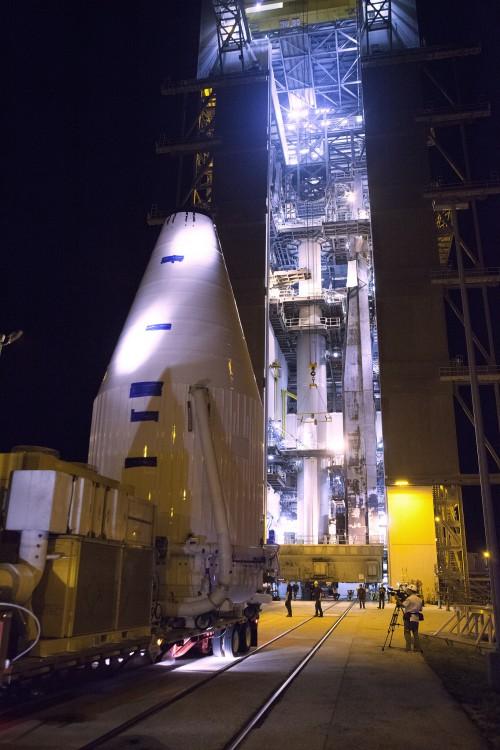 OSIRIS-REx wird verladen (Bild: NASA Kennedy, CC-BY-NC-ND 2.0)