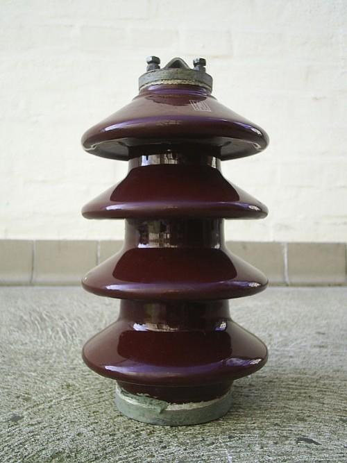 Ein Isolator (nicht topologisch) (Bild: Wikipedia, CC-BY-SA 3.0)