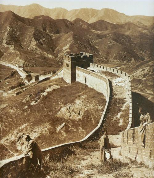 Aus der Nähe sehr gut zu sehen: Die chinesische Mauer (Bild: Herbert Ponting, public domain)