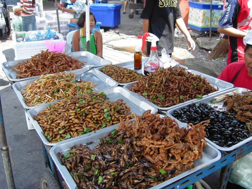 Marktstand in Bangkok (Bild: Takoradee/Wikipedia. CC-BY-SA 3.0)