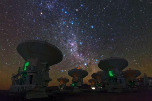 Das Atacama Large Millimeter/submillimeter Array (ALMA); eines der vielen Teleskope die am EHT beteiligt sind (Bild: ESO/B. Tafreshi (twanight.org))