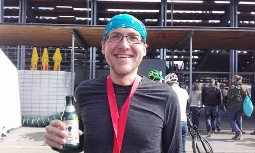 Immer der beste Moment - im Ziel mit einem Getränk in der Hand (nach dem Drei-Länder-Marathon 2016)