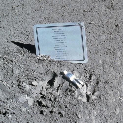 Der Fallen Astronaut auf dem Mond (Bild: NASA)