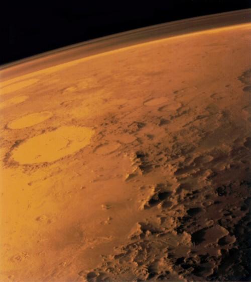 Wenn man ganz genau schaut, kann man die Atmosphäre erkennen (Bild: NASA
