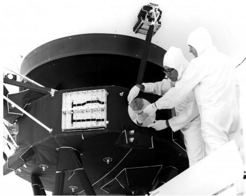 Die Schallplatte wird auf Voyager 1 montiert (Bild: NASA, public domain)