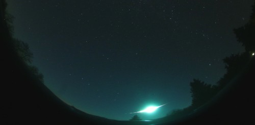 Ein kleiner Asteroid leuchtet in der Erdatmosphäre (Bild: Spurný et al, 2017)
