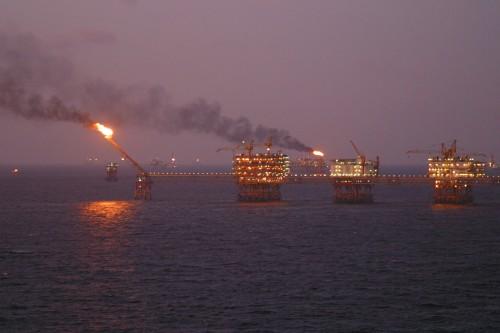 Erdöl ist praktisch; noch praktischer wäre es wenn es dort bliebe wo es ist (Bild: Genghiskhanviet, Public Domain)