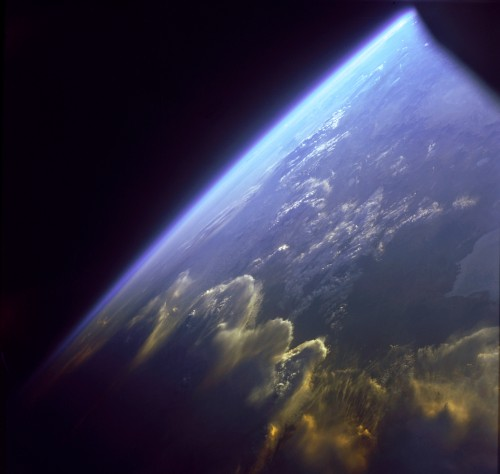 Atmosphäre der Erde, gesehen von Gemini 7 (Bild: NASA)