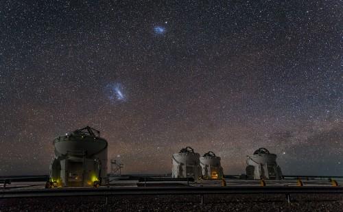 Paranal-Sternwarte der ESO mit den beiden Magellanschen Wolken (ESO/J. Colosimo)