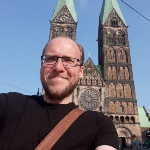Die kunstvollen Fassaden von Bremen, eingetaucht vom warmen Licht (Und ich, eingetaucht vom warmen Licht; wie ich einen  Teil der kunstvollen Fassade verdecke)