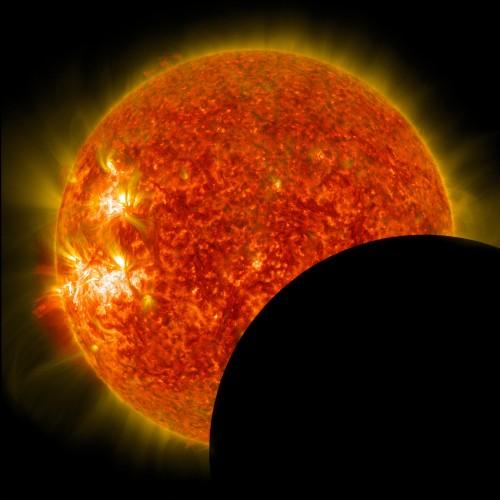 Mond vor der Sonne, beobachtet vom SDO-Satellit (Bild: NASA)