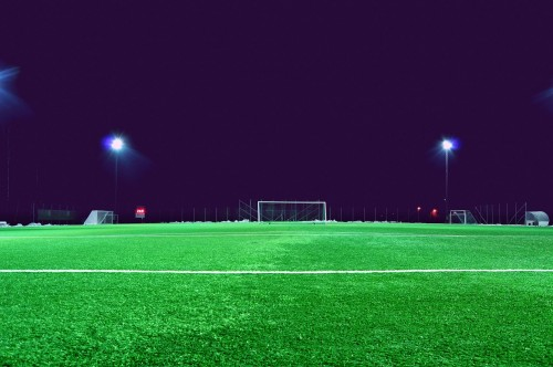 Kunstrasen und eine leistungsstarke Flutlichtanlage: Das Spiel kann beginnen…( Jonathan Petersson  on Unsplash Creative Commons Zero (0) license)