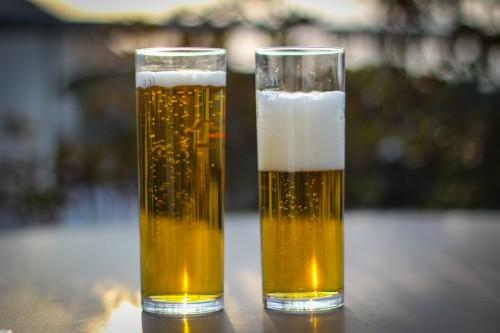 Das linke Bierglas weist einen SOC von 100% auf, das rechte ist noch zu ca. 50% gefüllt.