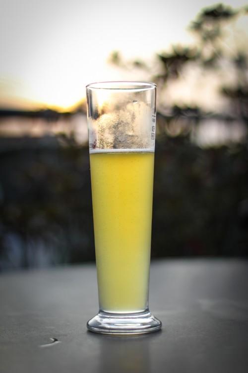 Aufgrund der konischen Form des Bierglases kann anhand der Füllhöhe nicht direkt auf die (relative) Restbiermenge geschlossen werden.
