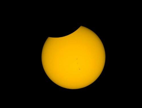 Der Mond zieht sich zurück. Schöne Fleckengruppe auf der Sonne. © Autor