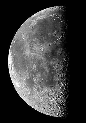 Ein Halbmond mit seinen Kratern und den Übergängen in den Schattenbereich (rechts), wie man ihn mit einem guten Teleskop beobachten könnte  (Urheber: Torsten Edelmann, Creative Commons Lizenz)