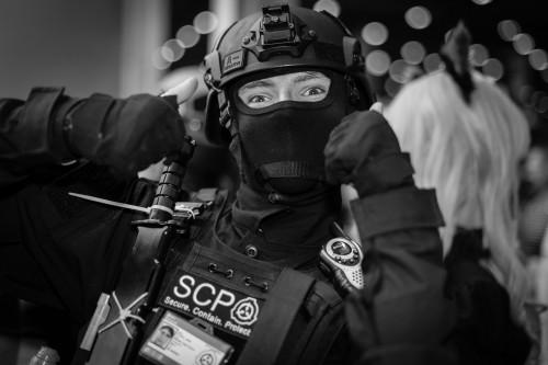 Aufwand über 3.000 : SCP Cosplayer auf der Comic Con 2016(Urheber: Derren Hodson via Flickr,unter https://flic.kr/p/HBqysf)