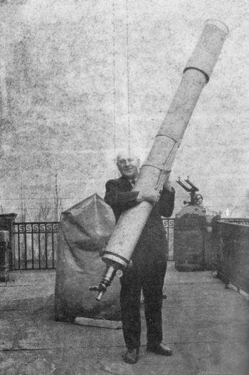 Lieber Kazimierz Kordylewski:So kann das ja nix werden mit der Beobachtung. Das Teleskop gehört auf ein Stativ!! (Bild: gemeinfrei)