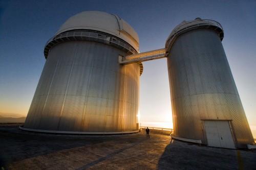Teleskopkuppeln (aus Metall) der Europäischen Südsternwarte in Chile - darin die Teleskope mit denen Metallplaneten untersucht werden (Bild: Iztok Bončina/ESO)