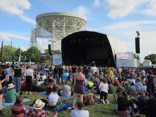 Hauptbühne am Blue Dot Festival (Bild: Hugh Venables, CC-BY 2.0)