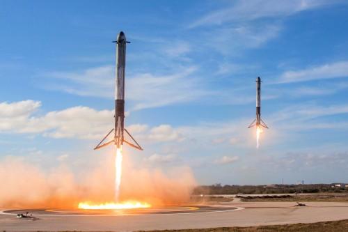 Wird die S-Bahn so schnell nicht ersetzen: Die selbstlandenen Booster der Falcon Heavy (Bild: Space X, Public Domain)
