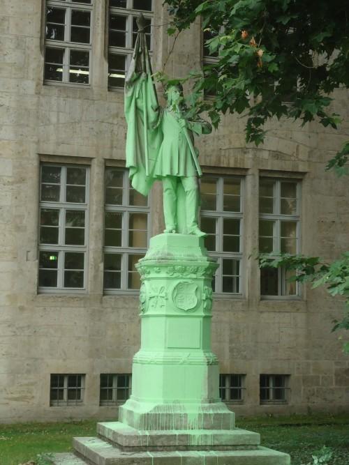 In Österreich schwärzen die Burschenschaften; in Jena werden Burschenschafter manchmal grün gefärbt...