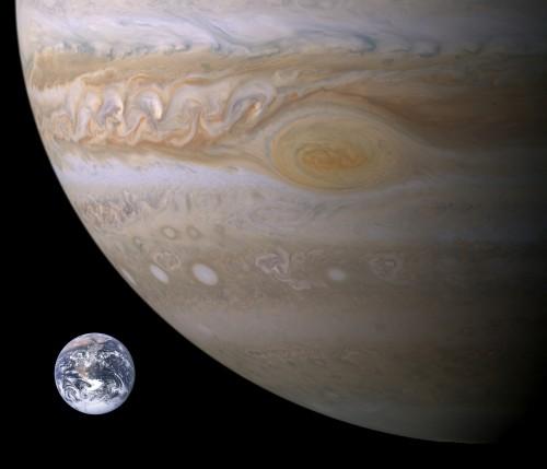 Der große rote Fleck und die Erde im Vergleich (Bild: NASA, Brian0918)